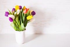 Tulipes de couleur dans le vase Photo stock