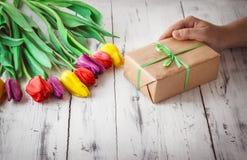 Tulipes de couleur différente sur le fond en bois Image libre de droits