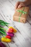 Tulipes de couleur différente sur le fond en bois Images libres de droits