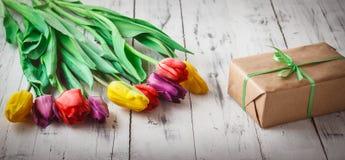 Tulipes de couleur différente sur le fond en bois Photos stock