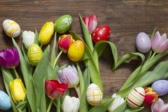 Tulipes de Pâques avec la forme et les oeufs de coeur Image stock