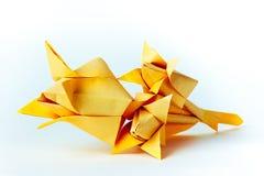 Tulipes de papier faites de papier jaune sur le fond blanc Photographie stock