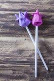 Tulipes de papier sur le concept en bois de ressort de table Photos libres de droits