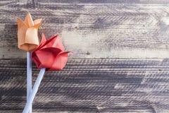 Tulipes de papier sur le concept en bois de ressort de table Photos stock