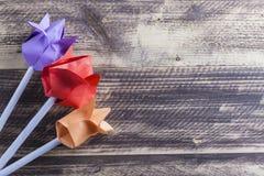 Tulipes de papier sur le concept en bois de ressort de table Photographie stock libre de droits