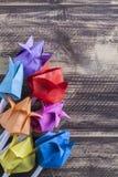 Tulipes de papier sur le concept en bois de ressort de table Photographie stock