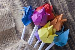 Tulipes de papier sur le concept en bois de ressort de table Image libre de droits