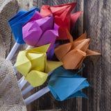 Tulipes de papier sur le concept en bois de ressort de table Photo stock