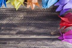 Tulipes de papier sur le concept en bois de ressort de table Images stock