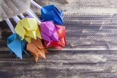 Tulipes de papier sur le concept en bois de ressort de table Images libres de droits