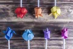 Tulipes de papier sur le concept en bois de ressort de table Image stock