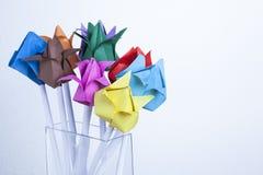 Tulipes de papier sur le concept en bois de ressort de table Photo libre de droits