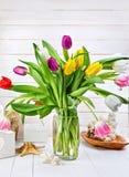 Tulipes de ressort de bouquet sur le conseil en bois blanc photos libres de droits
