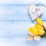 Tulipes de ressort, coeur actuel et décoratif enveloppé sur l'OE bleu Image libre de droits