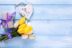 Tulipes de ressort, coeur actuel et décoratif enveloppé sur l'OE bleu Images libres de droits