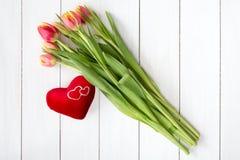 Tulipes de ressort et coeur de peluche Image stock