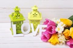 Tulipes de ressort et fleurs roses, jaunes, blanches de jonquilles, décor Photographie stock libre de droits