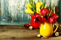 Tulipes de source et oeufs de pâques Image stock