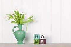 Tulipes de vase à la maison photos stock