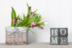 Tulipes de vase à la maison image libre de droits