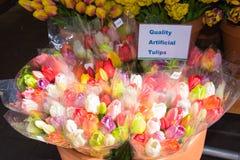 Tulipes en bois colorées à vendre au marché de fleur dans Amsterd photo libre de droits