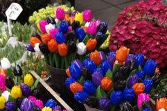 Tulipes en bois colorées Singel Bloemenmarkt Hollande Photos libres de droits