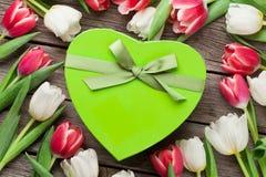 Tulipes et boîte-cadeau colorés Photo stock