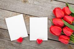 Tulipes et cadres frais de photo avec des coeurs de sucrerie Photos libres de droits