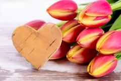 Tulipes et coeur comme symbole pour l'amour Images stock