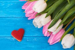 Tulipes et coeur de biscuit Photo libre de droits