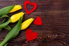 Tulipes et coeurs sur le bois Photo stock