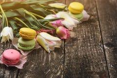 Tulipes et macarons de ressort sur le backround foncé, copyspace Images stock