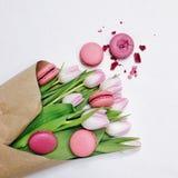 Tulipes et macarons sur le fond blanc Photographie stock