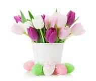 Tulipes et oeufs de pâques colorés Images stock