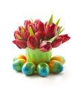 Tulipes et oeufs de pâques rouges Photographie stock
