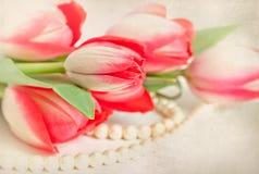 Tulipes et perles sur la vieille carte Photographie stock libre de droits