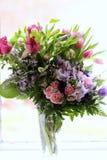 Tulipes et Rose Bouquet roses dans un vase à l'arrière-plan blanc Images stock