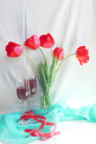 Tulipes et vin photo stock