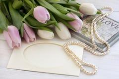 Tulipes fraîches, carte de voeux pour le jour de mères, jour de valentines, mariage Images stock