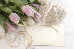 Tulipes fraîches, carte de voeux pour le jour de mères, jour de valentines, mariage Photos libres de droits