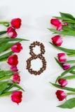 Tulipes fraîches, grains de café dans la forme du numéro 8 Photos stock