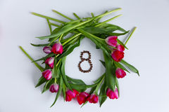 Tulipes, grains de café dans la forme du numéro 8 Photo stock