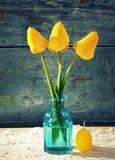 Tulipes jaunes dans un vase en verre images libres de droits