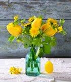 Tulipes jaunes dans un vase en verre photo stock