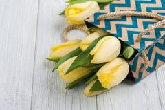 Tulipes jaunes en paquet de papier d'emballage Photo stock