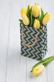 Tulipes jaunes en paquet de papier d'emballage Photographie stock