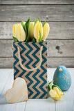 Tulipes jaunes en paquet de papier d'emballage Photos stock