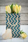 Tulipes jaunes en paquet de papier d'emballage Photographie stock libre de droits