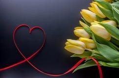 Tulipes jaunes et coeur de service Photos libres de droits