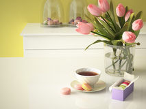 Tulipes jaunes fraîches sur le fond de cuisine 3d Photos stock